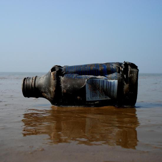 Alte Plastikflasche am Strand