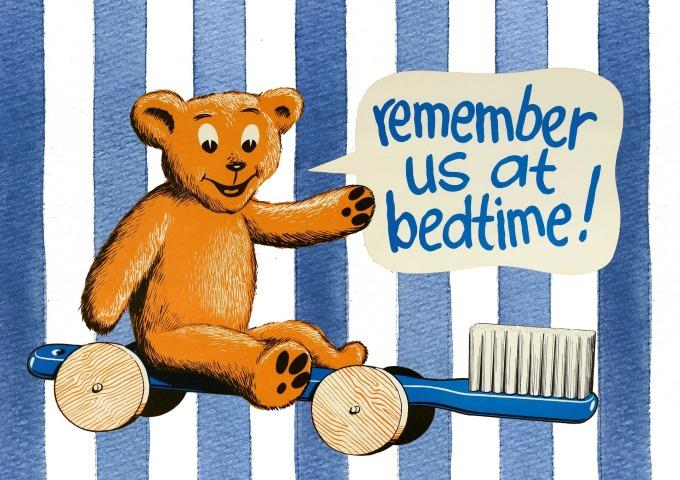 """Teddybär auf einer Zahnbürste mit Sprechblase """"remember us at bedtime"""""""