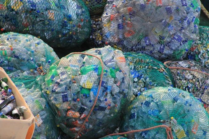 Netze mit getrenntem Plastikflaschen und Dosen gefüllt