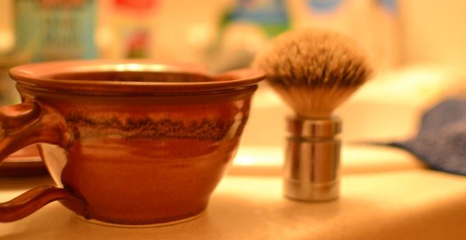 Keramiktasse und Rasierschaum-Pinsel