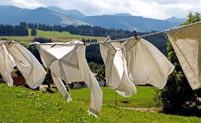 Wäscheleine vor einer Bergkulisse