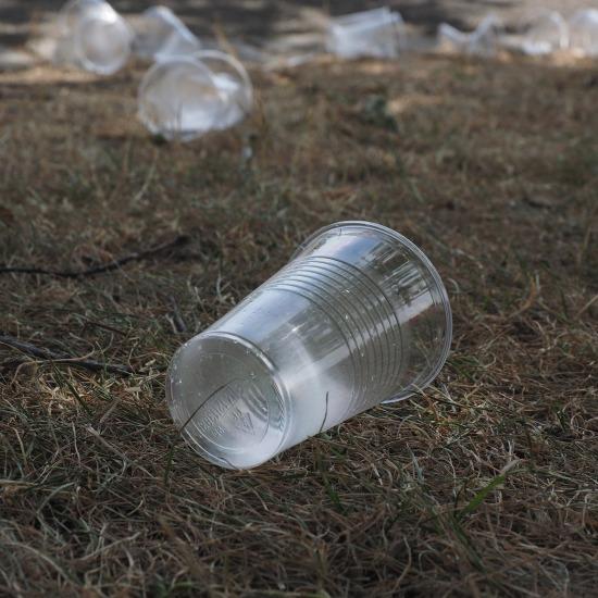 leerer Plastikbecher auf einem rasen